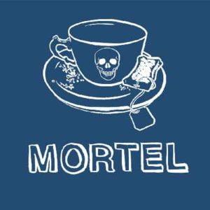 """Illustration du podcast """"mortel"""" avec une représentation d'une tasse sur laquelle il y a une tête de mort et qui ai posée sur une coupelle avec un sachet de thé."""