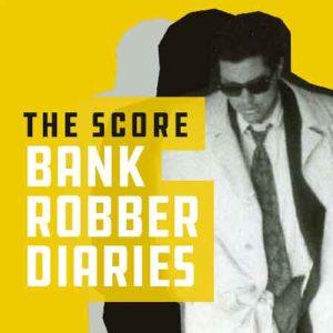 """Illustration du podcast """"the score: bank robber diaries"""" avec la photo d'un homme qui porte des lunettes de soleil, un costume-cravate et un trench-coat"""