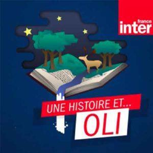 """Illustration du podcast """"une histoire et ... oli"""" avec l'illustration d'un livre ouvert duquel sort un monde tiré d'un conte représenté par une nuit étoilée, des arbres, un cerf et une rivière"""