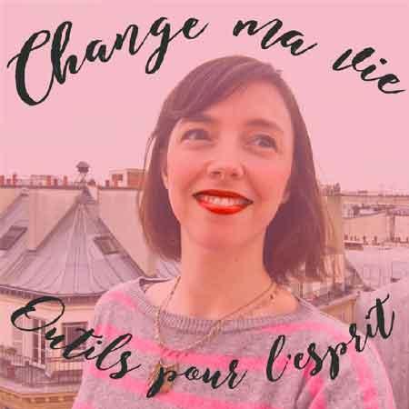 """Illustration du podcast """"change ma vie : outils pour l'esprit"""" avec la photo de Clotilde Dusoulier dans la ville de Paris."""