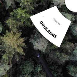 """Illustration du podcast """"doulange"""" avec la représentation d'une vaste forêt dont on ne voit que le haut des arbres et au centre, un corps allongé sur le sol."""