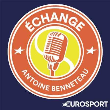 """Illustration du podcast """"echange"""" avec une balle de tennis jaune dans laquelle se trouve un micro, la balle de tennis est bordée de la couleur terre battue, couleur du terrain de tennis."""