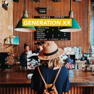"""Illustration du podcast """"generation xx"""" avec la représentation d'une jeune femme de dos, qui porte un chapeau et un petit sac à dos citadin ; elle se trouve dans un café au look urbain."""