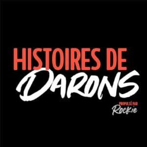 """Illustration du podcast """"Histoires de darons"""" avec le titre du podcast en rouge et blanc, sur fond noir."""