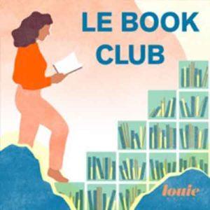 """Illustration du podcast """"le book club"""" avec la représentation d'une femme en train de lire un livre à côté d'une bibliothèque remplie de livres."""