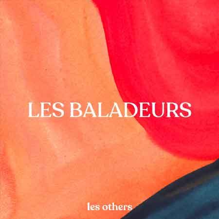 """Illustration du podcast """"les baladeurs"""" avec le titre du podcast en blanc sur un fond de couleurs aquarelles oranges, rouges et bleues."""