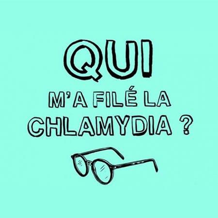 """Illustration du podcast """"qui m'a filé la chlamydia"""" sur fond bleu turquoise et le dessin d'une paire de lunettes"""